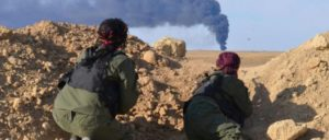 Im syrischen Krieg gibt es keine einheitliche Fontlinie: Sicherheitskräfte (Asayish) der kurdischen Volksverteidigungseinheiten YPG beobachten einen Angriff. (Foto: Kurdishstruggle/flickr.com/CC BY 2.0)