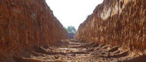 Viel Gerede um nichts: Der Umweltschutz ist nicht mal im geplanten Bundeshaushalt berücksichtigt. Währenddessen plant RWE zusammen mit der NRW-Landesregierung die Rodung des Hambacher Forstes. Der Graben wurde zur Vorbereitung auf Proteste gegen die Rodung des Waldes ausgehoben. (Foto: [url=https://commons.wikimedia.org/wiki/Category:Hambacher_Forst?uselang=de#/media/File:Moat_at_the_Hambacher_Forst_09.jpg]Leonhard Lenz[/url])