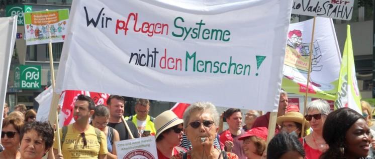 Gesetzliche Personalbemessung war eins der zentralen Themen der ver.di-Demonstration im Juni 2018 in Düsseldorf. (Foto: Werner Sarbok)