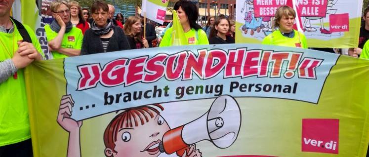 400 Kolleginnen und Kollegen forderten am 12.Mai bessere Arbeitsbedingungen im Pflegebereich. (Foto: UZ)