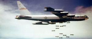 Boeing B-52 beim Bombenabwurf über Nordvietnam (Foto: gemeinfrei)