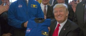 Nur gut, dass der Mars unbewohnt ist. US-Präsident Trump erhält einen NASA-Anzug (21. März 2017). (Foto: Official White House Photo by Paul Williams)