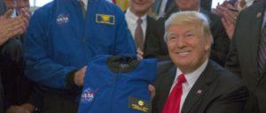 Nur gut, dass der Mars unbewohnt ist. US-Präsident Trump erhält einen NASA-Anzug (21.März 2017). (Foto: Official White House Photo by Paul Williams)