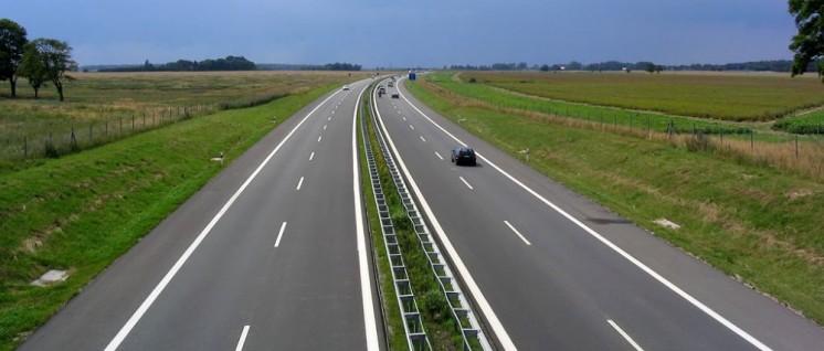 (Foto: [url=https://de.wikipedia.org/wiki/Autobahn_(Deutschland)#/media/File:A_20_bei_Langsdorf.jpg]Darkone[/url])