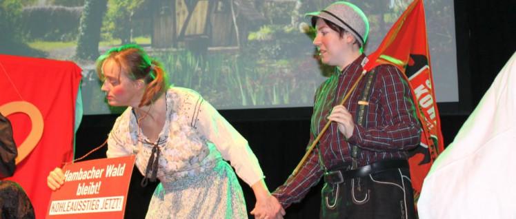 Gretel und Hans lassen sich nicht mehr fressen, sondern kämpfen mit der Hexe um den Wald. (Foto: Melina Deymann)