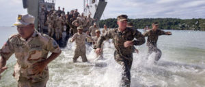 Die US-Kriegsmaschine ist bereit für den Handelskrieg gegen China. Bild: US-Marine und US-Navy nehmen an der Militärübung CARAT in Kambodscha teil (2016). CARAT sind jährlich stattfindende Militärübungen der US-Seestreitkräfte mit asiatischen Ländern. (Foto: U.S. Navy photo by Chief Petty Officer Lowell Whitman/Released)