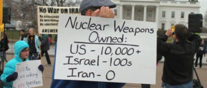 Die USA besitzen mehr als 10 000 Atomwaffen, Israel hunderte, Iran hat null. Protest vor dem Weißen Haus in Washington D. C. (2012) (Foto: [url=https://commons.wikimedia.org/wiki/File:17.NoWarOnIran.WhiteHouse.WDC.4February2012_(6821575927).jpg]Elvert Barnes/Wikipedia Commons[/url])