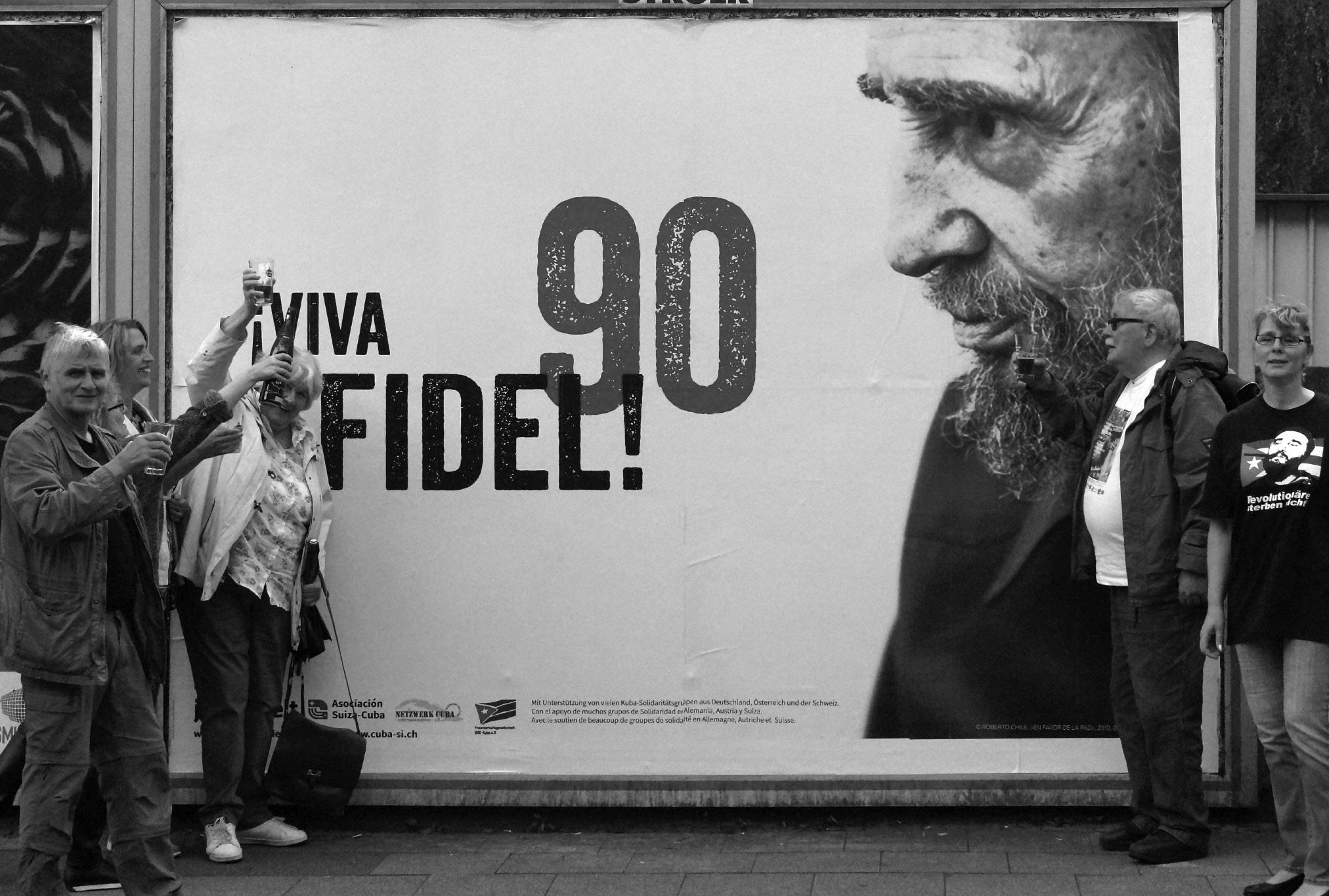 """In Essen stießen Mitglieder der Freundschaftsgesellschaft BRD-Kuba auf das Wohl des Geburtstags""""kindes"""" an."""