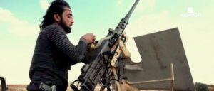 """Ein Kämpfer der sogenannten """"Freien Syrischen Armee"""" lädt ein schweres Maschinengewehr Typ M2 Browning. (Foto: [url=https://commons.wikimedia.org/wiki/File:Free_Syrian_Army_M2_Browning_in_northern_Aleppo.png?uselang=de]Mada Media / wikimedia commons[/url])"""