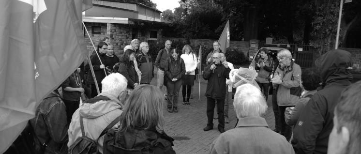 """Ein Kranz für die Opfer des NSU: 2006 ermordete die faschistische Terrorgruppe NSU Halit Yozgat, Betreiber eines Internetcafés. Während des Mordes am Ort: Der """"Verfassungsschützer"""" Andreas Temme. Keine hundert Meter von dem Internetcafé entfernt fand die theoretische Konferenz der DKP statt. Auf dem Platz vor dem Bürgerhaus, der heute Halit-Platz heißt, führten die Konferenzteilnehmer eine Kundgebung durch und legten einen Kranz zum Gedenken an die vom NSU Ermordeten nieder. Es sprachen der DKP-Vorsitzende Patrik Köbele, der VVN-Bundessprecher Ulrich Schneider, eine Vertreterin der SDAJ und ein Mitglied der DKP Kassel. Köbele machte deutlich: Der verbreitete Satz, dass die Behörden auf dem rechten Auge blind sind, stimmt nur teilweise. Die NSU-Mordserie hat gezeigt, dass Teile des Verfassungsschutzes den Naziterror aktiv gefördert haben. (Foto: Tom Brenner)"""