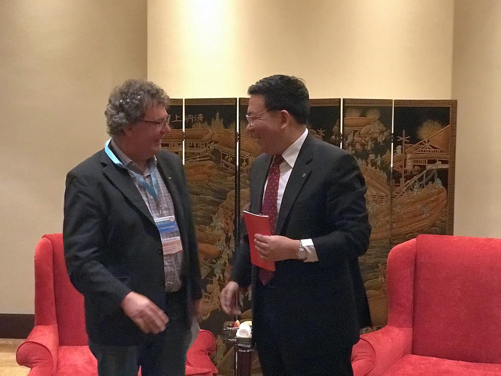 Patrik Köbele, Vorsitzender der DKP, mit Guo Yezhou, Stellvertretender Vorsitzender der Internationalen Abteilung beim Zentralkomitee der Kommunistischen Partei Chinas