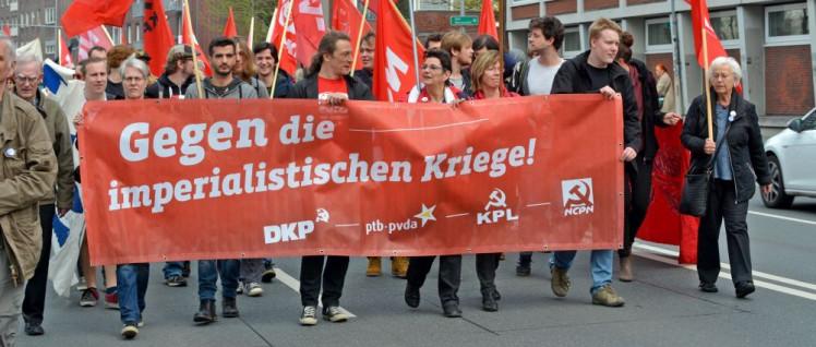 Die DKP mit ihren Schwesterparteien aus Luxemburg, Belgien und den Niederlanden auf der Straße (Foto: Tom Brenner)