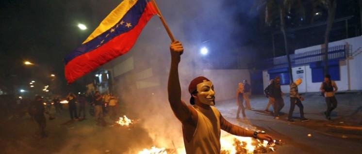 Guy-Fawkes-Masken stehen eigentlich für das Hacker-Kollektiv Anonymous. Für Poser-Fotos wie hier bei einem gewaltsamen Protest in Caracas (15. Februar 2014) werden sie ebenfalls gern genommen (Foto: [url=https://commons.wikimedia.org/wiki/File:Leopoldo_L%C3%B3pez_Ramo_Verde.jpg]JORGE SILVA[/url])