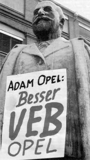 Adam Opel steht vor dem Hauptportal des Werks in Rüsselsheim. Das Foto entstand vor zehn Jahren nach einer großen Kundgebung.