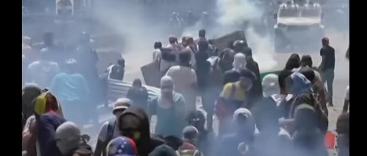 In Caracas griffen Oppositionelle gezielt Nationalgarde und Polizeikräfte an. (Foto: telesur)