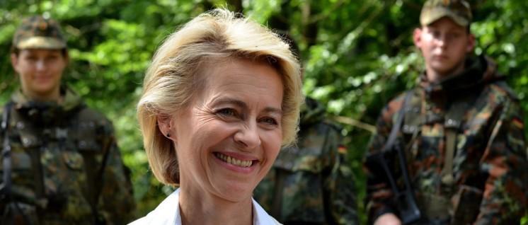 (Foto: [url=https://de.wikipedia.org/wiki/Ursula_von_der_Leyen#/media/File:Vonderleyen_2014_bundesverteidigungsministerin.JPG]Dirk Vorderstraße/ Wikimedia Commons[/url])