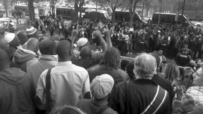 Versammlung vor dem besetzten AFPA-Gebäude zur Unterstützung der Bewohner des Bara-Wohnheims