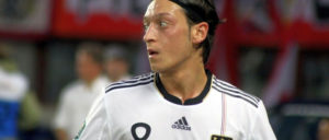 Kein weher Blick zurück auf den alltäglichen Rassismus (Foto: [url=https://de.wikipedia.org/wiki/Datei:Mesut_%C3%96zil,_Germany_national_football_team_(03).jpg]Steindy/Wikimedia Commons[/url])