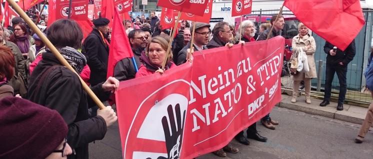 DKP und SDAJ demonstrierten am 23.April in Hannover gemeinsam gegen die Freihandelsabkommen TTIP und CETA (Foto: Lars Mörking)