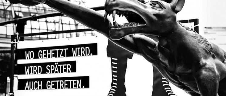 """Wölfe im Berliner Wahlkampf, gesehen vom Künstler Rainer Opolka: Ausstellung """"Die Wölfe sind zurück"""" , 5. bis 16. August vor dem Hauptbahnhof. (Foto: Majka Czapski/flickr.com/CC BY-ND 2.0/www.flickr.com/photos/majkaczapski/28500007950)"""