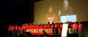 IG-Metall-Vertrauensleute protestieren bei der Rede von Oliver Hilburger.