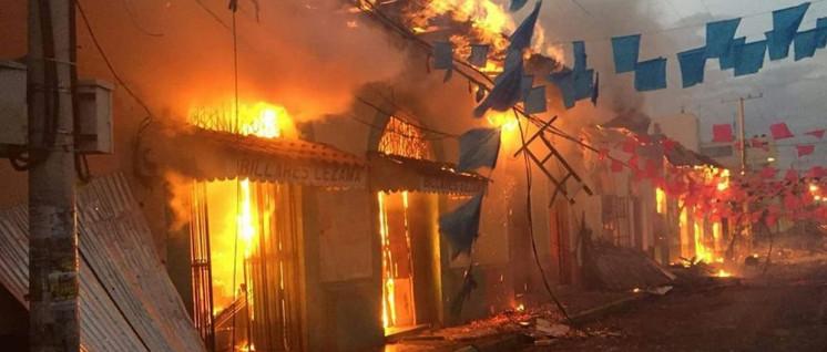 Randalierer setzten in Leon Sekretariatsgebäude der Nationaluniversität UNAN in Brand, dabei verbrannte in einem Laden ein 24-jähriger Mann. (Foto: el19digital.com)