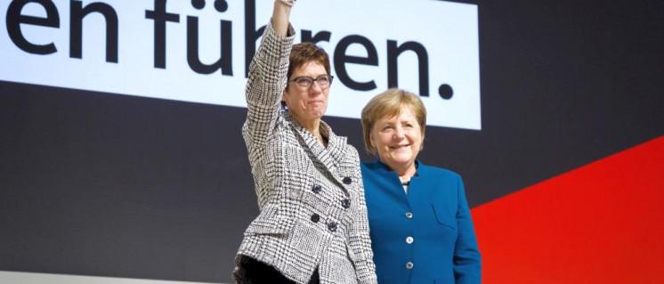 Kriegstreiberinnen unter sich: Annegret Kramp-Karrenbauer und Angela Merkel auf dem CDU-Parteitag (Foto: CDU/Tobias Koch)
