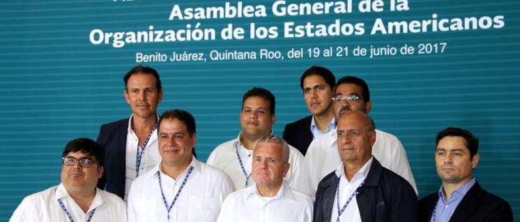 US-Vizeaußenminister John J. Sullivan beim Fototermin mit venezolanischen Oppositionellen im Rahmen der Generalversammlung der Organisation Amerikanischer Staaten (OAS) in Cancún, Mexiko (20.Juni 2017) (Foto: U.S. Department of State)