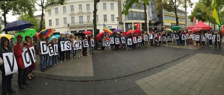"""Aktivisten der nordhessischen Friedensbewegung, Mitglieder der DKP und der Partei """"Die Linke"""" protestierten im letzten Sommer gegen ein Bundeswehr-Spektakel in Fritzlar. (Foto: privat)"""