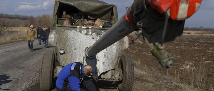 Schweres ukrainisches Kriegsgerät wird an der Frontlinie von OSZE-Mitarbeitern kontrolliert - abgezogen wurde es nie. (Foto: [url=https://www.flickr.com/photos/osce_smmu/16545493819/]OSCE[/url])