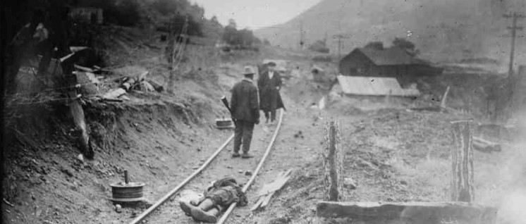 """Mehr Niederlagen als Siege: 1914 erschoss die Nationalgarde über 20 streikende Arbeiter, Frauen und Kinder aus den Kohlebergwerken der Familie Rockefeller in Colorado – das """"Ludlow-Massaker"""". Das Foto entstand in den Kämpfen nach dem Massaker. (Foto: The Library of Congress)"""