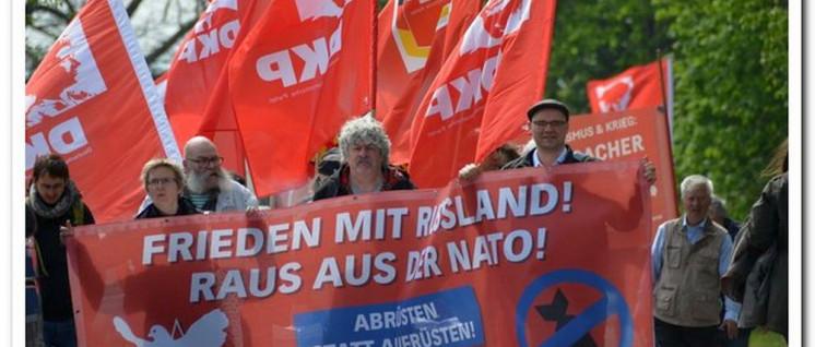 Erinnerung in Torgau: Die DKP auf der Demonstration (Foto: Herbert Münchow)