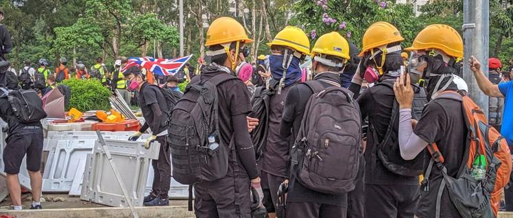 Mit Randale zurück in die Kolonie – Protestler in Hongkong (Foto: [url=https://www.flickr.com/photos/studiokanu/48503908637/in/album-72157710219487217/]Studio Incendo[/url])