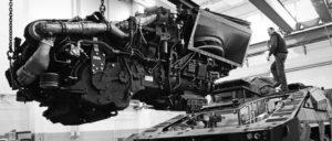m Materiallager Zeithain wird das gepanzerte Transportfahrzeug Boxer für seinen Einsatz in Afghanistan vorbereitet. Triebwerkstausch durch Mitarbeiter der Firma Krauss-Maffei Wegmann. (Foto: Bundeswehr / Mandt)
