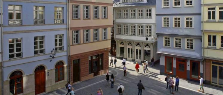 Die Ausstrahlung einer frisch polierten Filmkulisse: Der Hühnermarkt in der Frankfurter Altstadt kann seit dem 10.Mai besichtigt werden. (Foto: DomRömer GmbH/Uwe Dettmar)