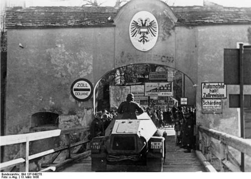 Oberösterreich: motorisierte Truppen auf der Fahrt zwischen Schärding und Passau am 13. 3. 1938