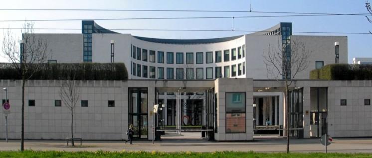 Karlsruhe: Hier brüten die Bundesanwälte ihre Strategien aus (Foto: [url=https://de.wikipedia.org/wiki/Der_Generalbundesanwalt_beim_Bundesgerichtshof#/media/File:Generalbundesanwaltschaft2_cropped.JPG]Voskos / wikimedia commons[/url])