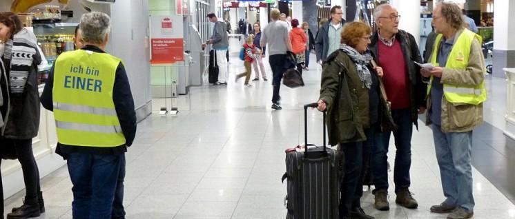 Reges Interesse bei vielen Fluggästen im Terminal des Düsseldorfer Flughafens an den Machenschaften im Reinigungsgewerbe. (Foto: Bettina Ohnesorge)