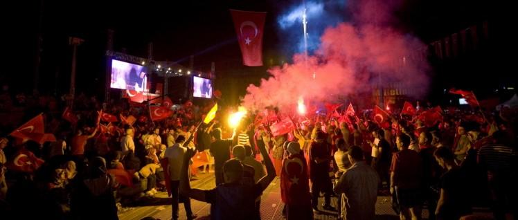 Setzen auf Erdogan: Demonstranten in Istanbul (24 Juli 2016) (Foto: Mike Norton/https://www.flickr.com/photos/mtnorton/27909350633/CC BY 2.0)