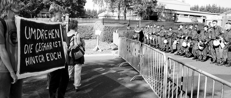 Protestaktion vor dem Stützpunkt in Büchel (2008) (Foto: Buroll/wikimedia.org/public domain)