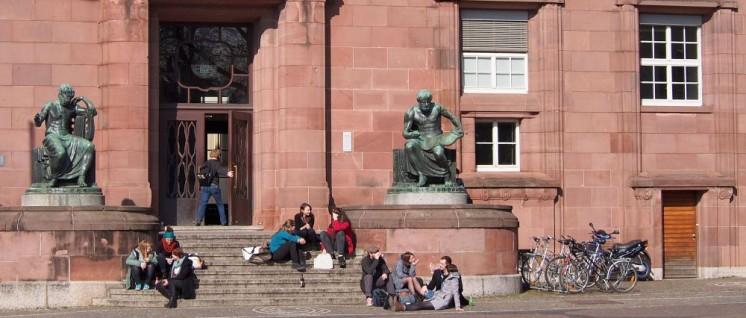 Studierende vor der Universität Freiburg (Foto: Alexandra Bucurescu / pixelio.de)
