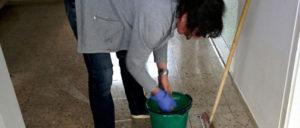 In Berlin sollen die Reinigungskräfte in 1,5 Minuten einen Klassenraum putzen.