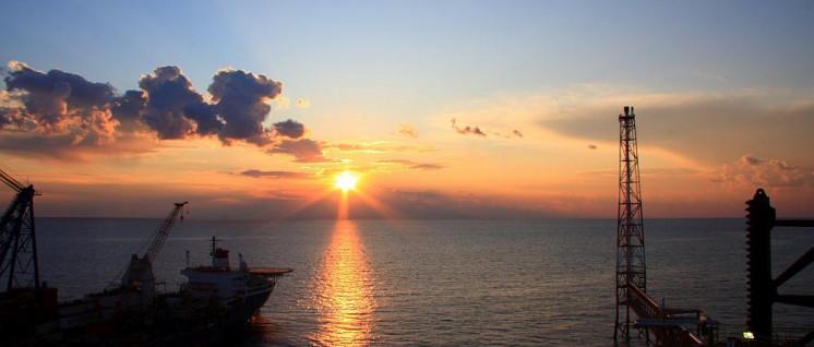 """Erdgas aus dem Persischen Golf spielt eine wichtige Rolle in Chinas Projekt der """"Neuen Seidenstraße""""– europäische Ölkonzerne wie Total sollen nach Willen der USA nicht mehr aus dem Geschäft mit dem Iran profitieren. (Foto: [url=https://commons.wikimedia.org/wiki/File:South_Pars_Horizon.jpg]Alireza824[/url])"""