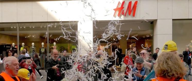 Bei der Aktion am 13.Oktober in Köln wurden symbolisch und öffentlichkeitswirksam die fragwürdigen Arbeitsverträge von H&M geschreddert. (Foto: Arbeiterfotografie)