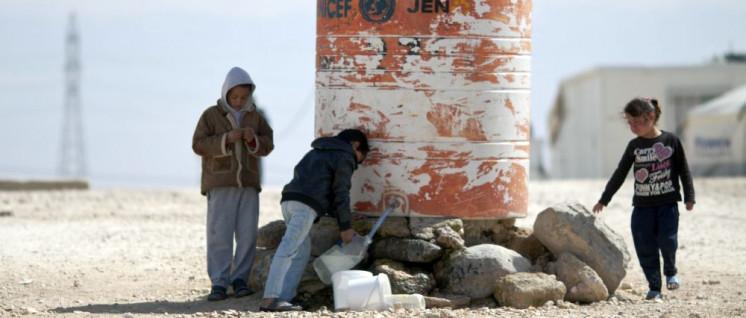 Syrische Kinder holen im Flüchtlingslager Zataari in Nord-Jordanien Wasser. (Foto: [url=https://commons.wikimedia.org/wiki/File:Children_filling_water_in_Al-Zaatari_Camp.jpg]Mustafa Bader[/url])