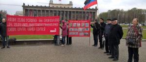 Nein zum Krieg gegen den Donbass – Teilnehmer der Protestaktion in Berlin (Foto: Alant Jost)