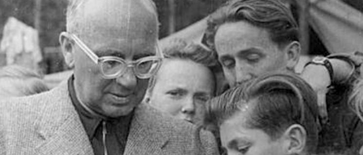 """Johannes R.Becher 1951 im Gespräch mit Jungen Pionieren im Zeltlager der Pionierrepublik """"Ernst Thälmann""""in der Wuhlheide. (Foto: Bundesarchiv Bild 183-M0213–0306)"""