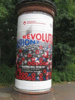 Litfaßsäule am Holstenwall kündigt Revolutions-Ausstellung an.