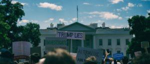 Protest vor dem Weißen Haus in Washington D.C. am Tag nach der Entlassung von FBI-Chef James Comey. (Foto: [url=https://www.flickr.com/photos/mikespeaks/33739307294]Mike Maguire[/url])