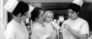 Gesundheitssystem ohne Profitinteresse: Krankenpflegerinnen in der DDR (Foto: Bundesarchiv, Bild 183-1990-0323-001 / CC-BY-SA 3.0)
